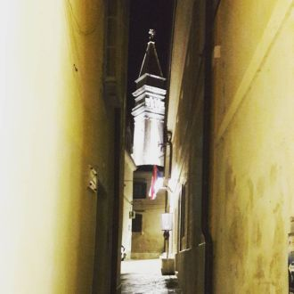 Pogled na zvonik Sv. Jurija v Piranu. View on the belltower of Saint George in Piran. 🌛☁️🕯#belltower #tower #saintgeorge #stgeorge #piran #nightwalk #walk #spotrevealed