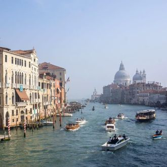 Seeing The Grand Canal in Venice should definitely be on your bucket list. #venice #venesia #venizia #visitvenicdle #venetie #italy #italie #grandcanal #canal #travelwriter #traveldiaries #worldtraveler #traveltheworld #travelette #travelgram #bestintravel #bbctravel #beautifuldestination #thereisaworldoutthere #myadressglobal #travelwriter #travel #instatravel #passionpassport #traveltheworld #thereisaworldoutthere #instapassport #spotrevealed